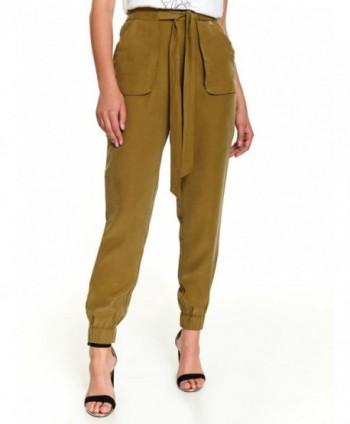 Pantaloni verzi cu buzunare...